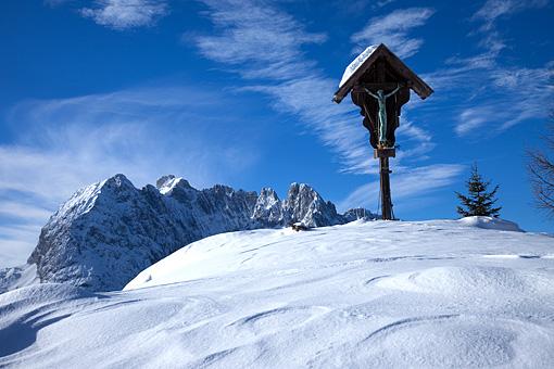 Marterl bei Kirchdorf in Tirol gegen die Mauckspitze, Kaisergebirge