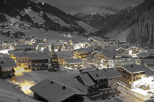 Abenddämmerung in Vorderlanersbach im Tuxertal (Zillertal), Tirol (effekte)