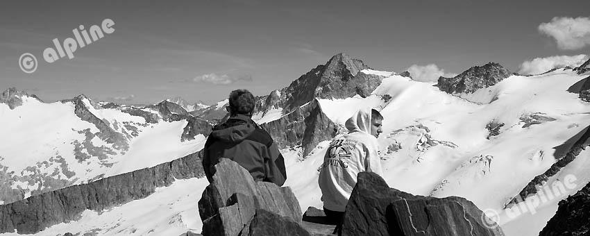 Tirol, Region Zillertal; Bergsteiger am Schönbichlerhorn, gegen v. li. Schwarzenstein, Hornspitzen, Turnekamp,