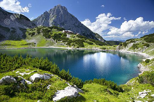 Drachensee mit Coburger Hütte und Seebensee (Mieminger Berge) bei Ehrwald, Tirol