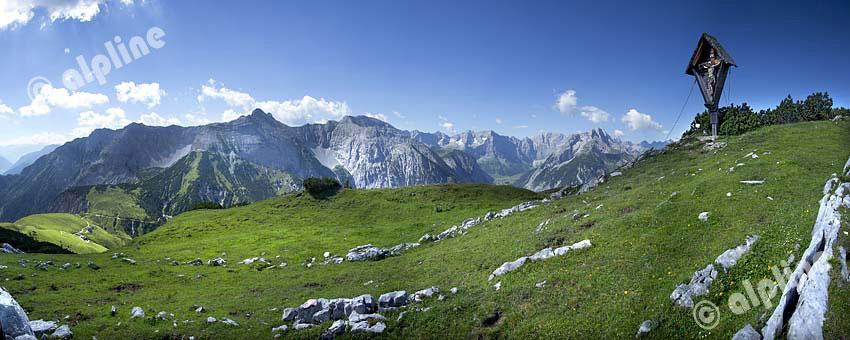 Karwendel Gebirge; Panorama vom Satteljoch, von li. Achensee, Plumsjoch,Falzturnjoch, Bettlerkarspitze, SonnjochKarwendel-Hauptkamm, Engalm, Rinderkarspitze und Birkkarspitze ganz rechts