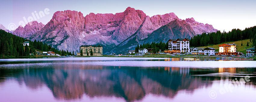Der Misurinasee in den Dolomiten gegen die Sorapis Gruppe in der Abenddämmerung, Südtirol