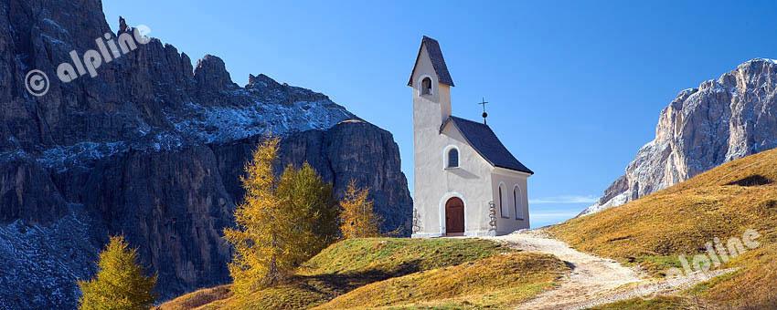 Alpini Kapelle am Grödner Joch gegen Langkofel, Dolomiten, Südtirol