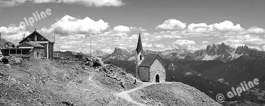 Wallfahrtskirche Latzfonser Kreuz  (Sarntaler Alpen) mit Blick auf die Geisler Gruppe (Dolomiten), Südtirol