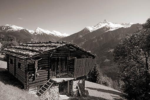 Tirol, Region Zillertal; Berg-Heuhütte am Penkenberg bei Finkenberg gegen  v. li. Brandenberger Kolm und re. die Ahornspitze