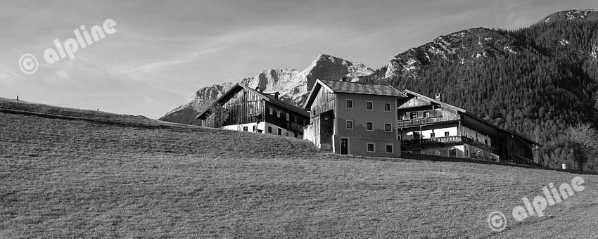 Tirol, Unteres Inntal; Achensee Region; Gehöft in Steinberg am Rofan (Bei Achenkirch) gegen den Guffert.