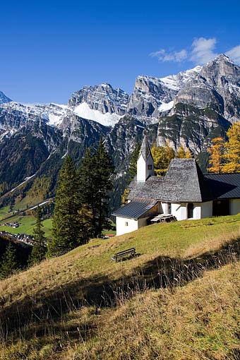 Die Wallfahrtskirche St. Magdalena im Gschnitztal gegen v.re. Kirchdachspitze, Illmspitze und Habicht (Stubaier Alpen), Tirol