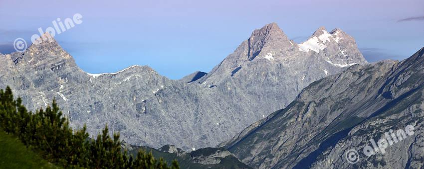 Karwendel Gebirge; Monduntergang am Plumsjoch gegen die Kaltwasserkarspitze, Birkkarspitze und Ödkarspitzen