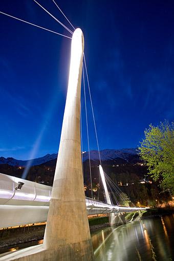 Die neue Bahn zur Hungerburg in Innsbruck gegen die Nordkette mit der Brücke über den Inn, Tirol