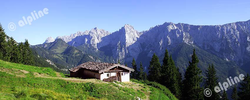 Die Hinterkaiserfelden Alm im Kaisertal bei Kufstein gegen den Wilden Kaiser, Tirol