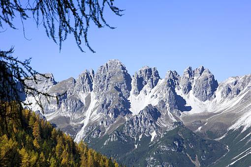 Blick vom  Wallfahrtsort Maria Waldrast bei Stainach am Brennerauf die Kalkkögel, Stubaier Alpen. Tirol
