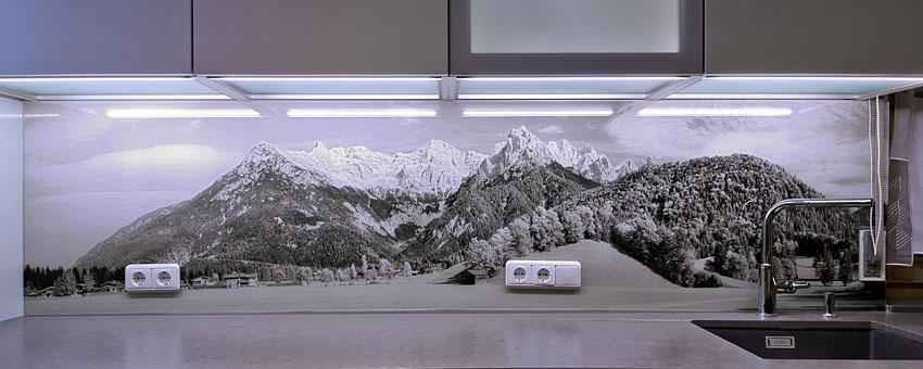 z.B. Großflächig als Glas-Rückwand in Küchen statt Fliesen