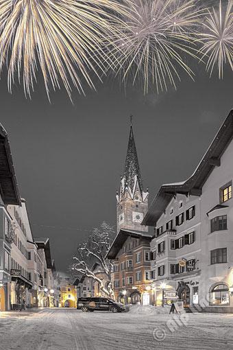Feuerwerk im Stadtzentrum von Kitzbühel, Tirol (effekt)