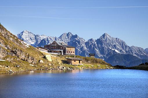 Wildseeloder Haus mit gleichnamigen See in den Kitzbüheler Alpen gegen Loferer Steinberge, Tirol