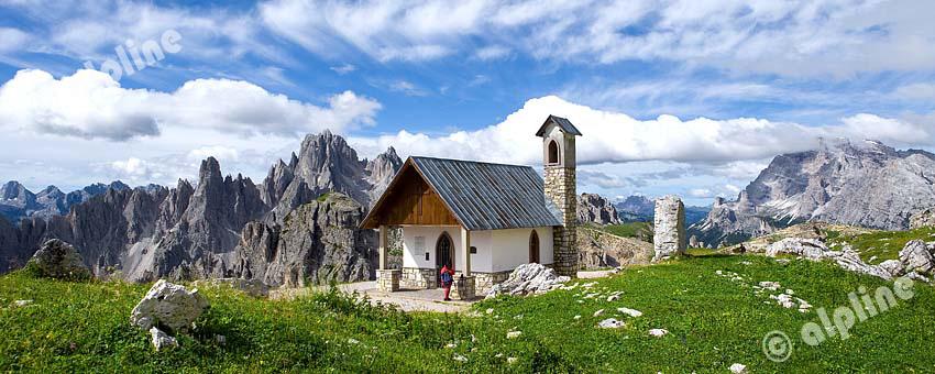 Die Alpini Kapelle beim Rif.Auronzo am Fuße der drei Zinnen (Sextener Dolomiten) li. die Cadinspitzen, re. die Tofana, Südtirol