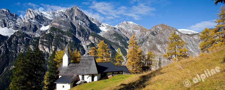 Die Wallfahrtskirche St. Magdalena im Gschnitztal gegen Kirchdachspitze (Stubaier Alpen), Wipptal, Tirol