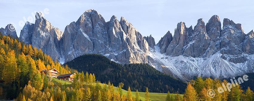 Bergbauernhöfe im Villnößtal gegen die Geislerspitzen, Dolomiten, Südtirol