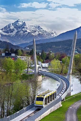 Die neue Bahn zur Hungerburg in Innsbruck gegen die Serles (Stubaier Alpen)  mit der Brücke über den Inn, Tirol