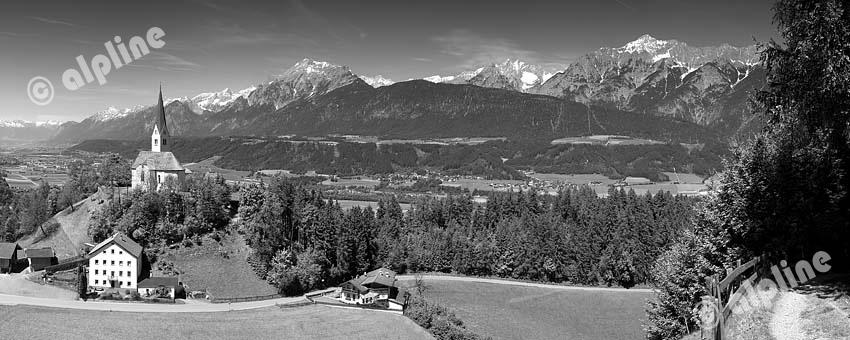 Tirol, Region Unterinntal; Blick auf den Wallfahrtsort St. Peter am Weerberg auf das Inntal und gegen das Karwendelgebirge