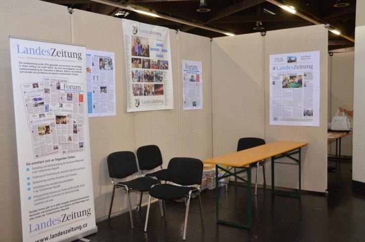 Der noch nicht ganz fertige Stand der Landesversammlung / Landezeitung der deutschen Minderheit in der Tschechischen Republik