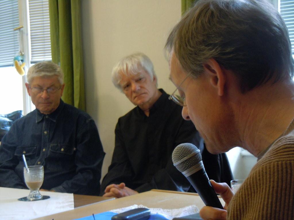 Zu den Ehrengästen der Veranstaltung gehörten Prof. PhDr. Jiří Munzar, CSc., ehem. Leiter des Instituts für Germanistik der Masaryk-Universität (links) und Pater Daniel (rechts)