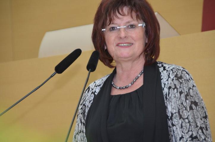 Frau Christa Naaß würdigt die Leistung der Trachtengruppe der  Banater Schwaben