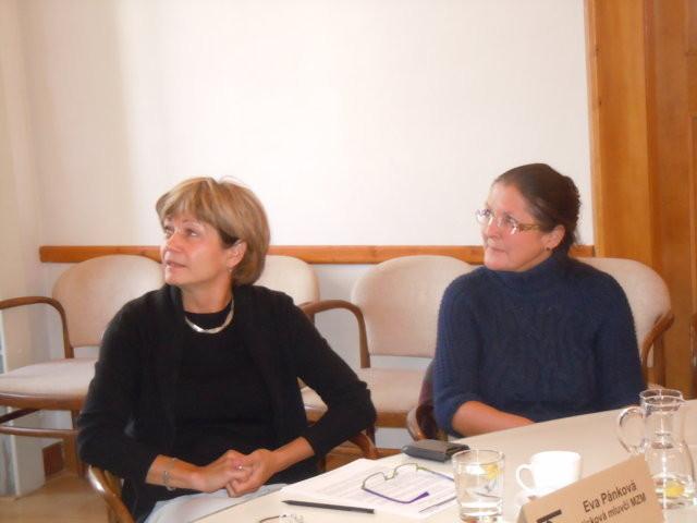 Frau Mgr. Eva Pánková und Frau Dr. Eleonore Jeřábková, Kuratorin Abt. Literatur