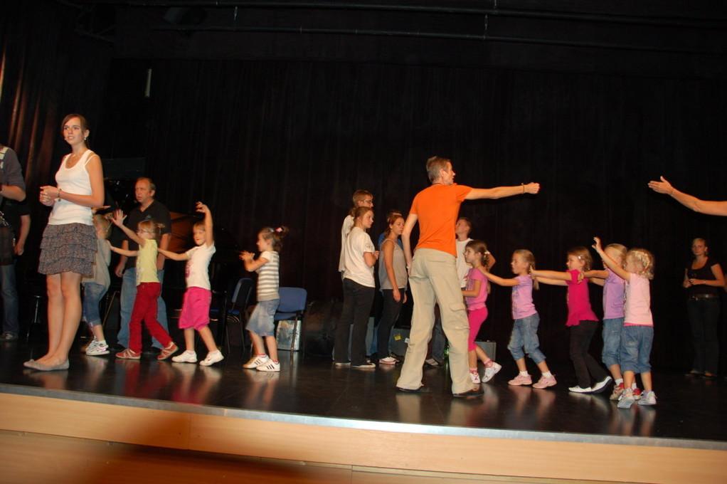 Kinder bereiten ihre Auftritte vor