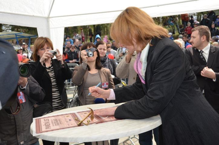 Urkunden werden signiert