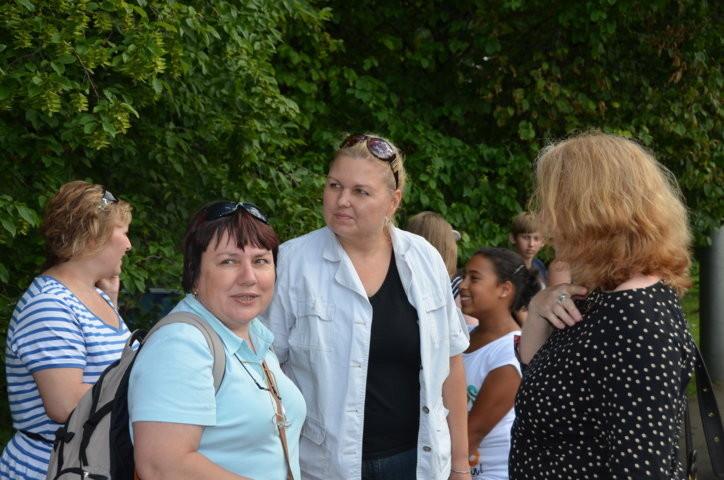 Frau Dr. Brnická, Frau Vondráková, Lehrerinnen aus Brünn mit Frau Vöhringer, der Konrektorin der Anne Frank Schule