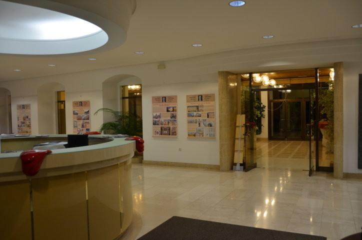 Unsere Ausstellung wird im Foyer der Botschaft präsentiert