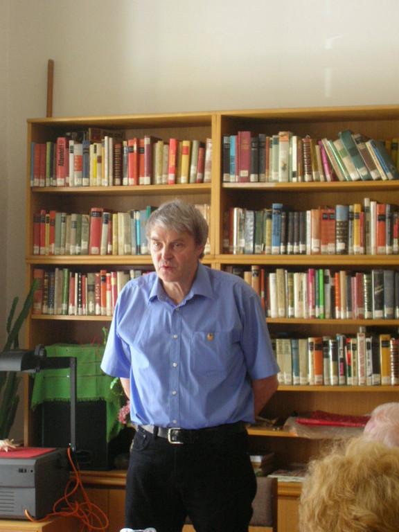 Im Mai 2009 konnten wir eine ganze Ausstellung der Werke von Ernest Potuczek-Lindenthal in Brünn zeigen. Dipl.-Ing. Markwart Lindenthal führt in die Scherenschnitt-Technik ein