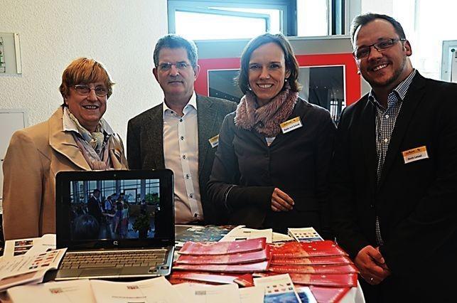 Mitte: Frau Nadja von Scheidt, Leiterin der Abteilung Außenbeziehungen mit Herrn Robert Hammel (lunks) und Herrn Kevin Latzel (rechts) ebenfalls Abt. Außenbeziehungen
