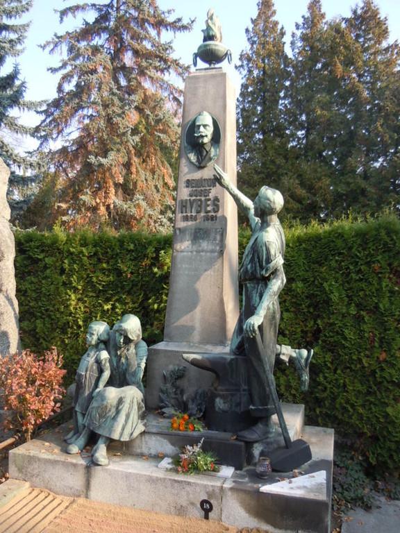 Ehrengrabrondell: Das Grabmal von Josef Hybeš,  dem ersten sozialdemokratischen Abgeordneten im Wiener Reichsrat