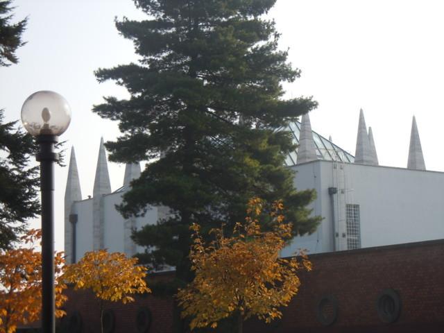 Das Krematorium - die Dominante des Friedhofs erbaut von Ernst Wiesner, einem tschechoslowakischen Architekten der Moderne