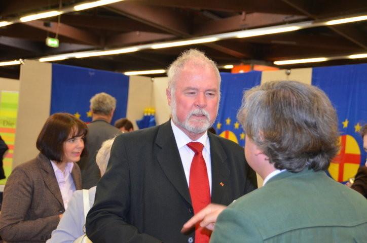 Herr Albrecht Schläger eröffnet die Ausstellung der friedrich Ebert Stiftung über Ernst Paul