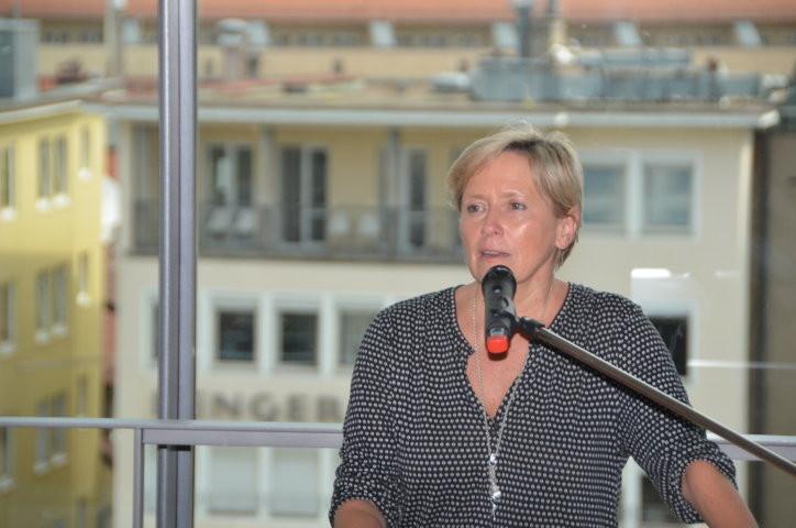 Dr. Susanne Eisenmann, die Bürgermeisterin für Kultur, Bildung und Sport der Landeshauptstadt, begrüßt die kleinen Preisträger und Preisträgerinnen