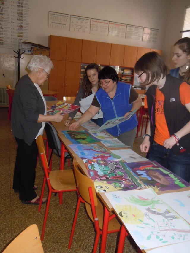 Das Team der Grundschule Antonínská sichert die Vorbereitungen zur Jury-Entscheidung