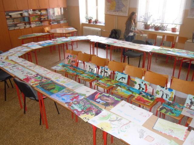 Selbst eine Aneinanderreihung der Tische und aller verfügbaren Stühle knann die Anzahl der Zeichnungen kaum aufnehmen.
