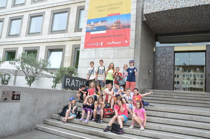 Kinder treffen am Stuttgarter Rathaus ein