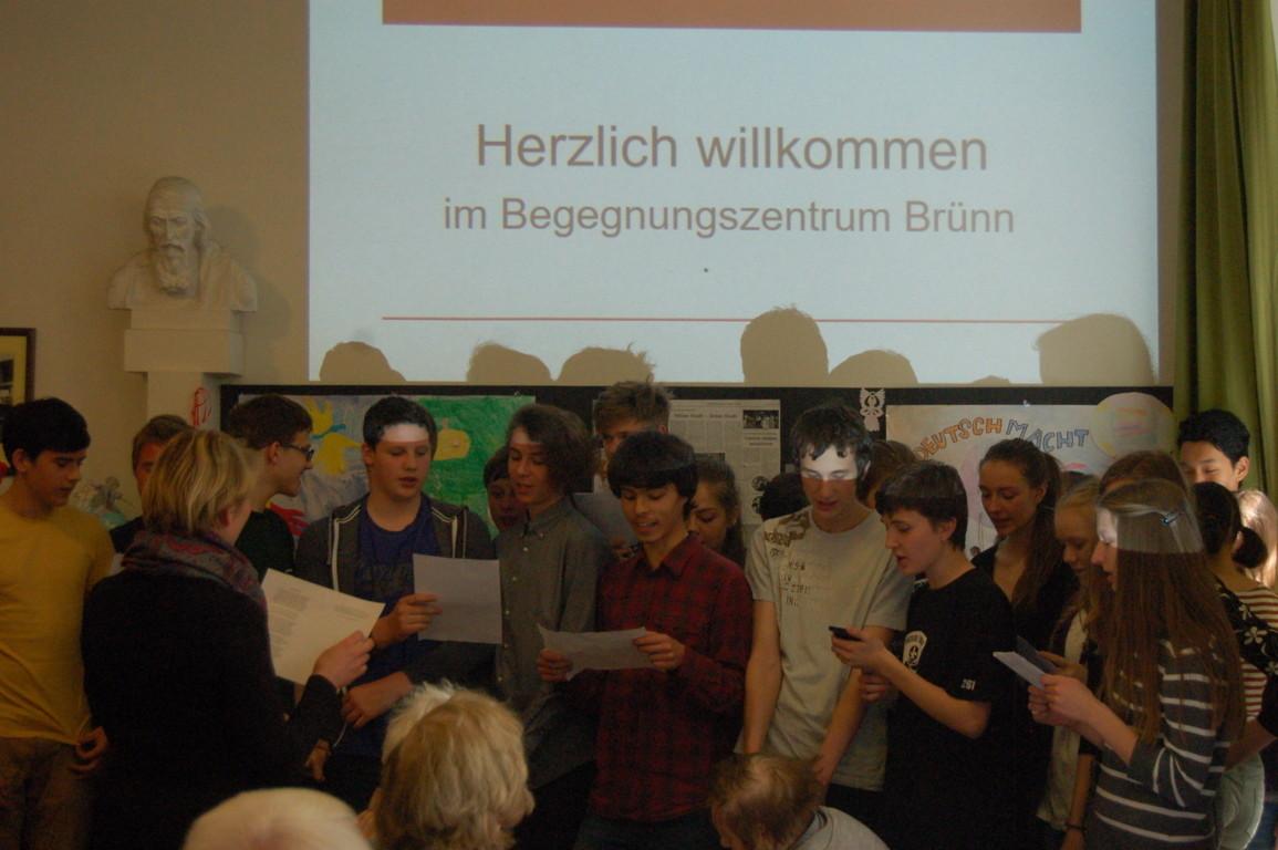 Studenten und Studentinnen des Bischöflichen Gymnasiums präsentiern ihre Deutsch- und Musikkenntnisse