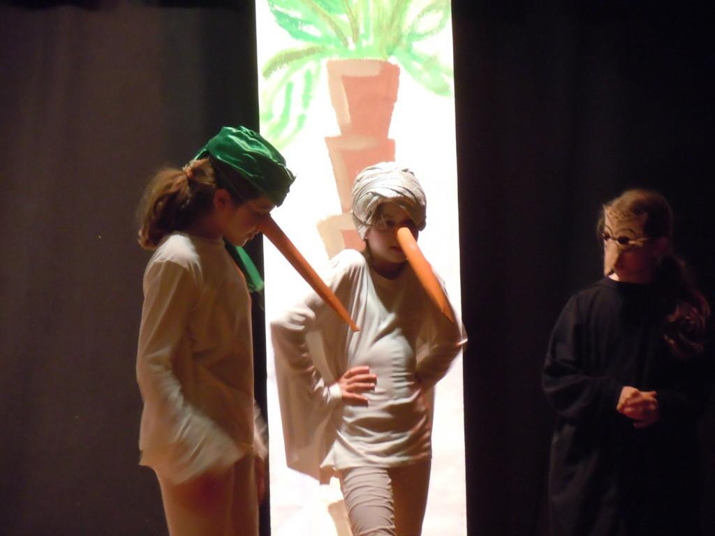 """""""Kalif Storch"""" nach Motiven von Wilhelm Hauff  einstudiert durch die """"Theater AG"""" der Stuttgarter Uhlandschule unter der Regie von Herrn Daniel Kresic"""