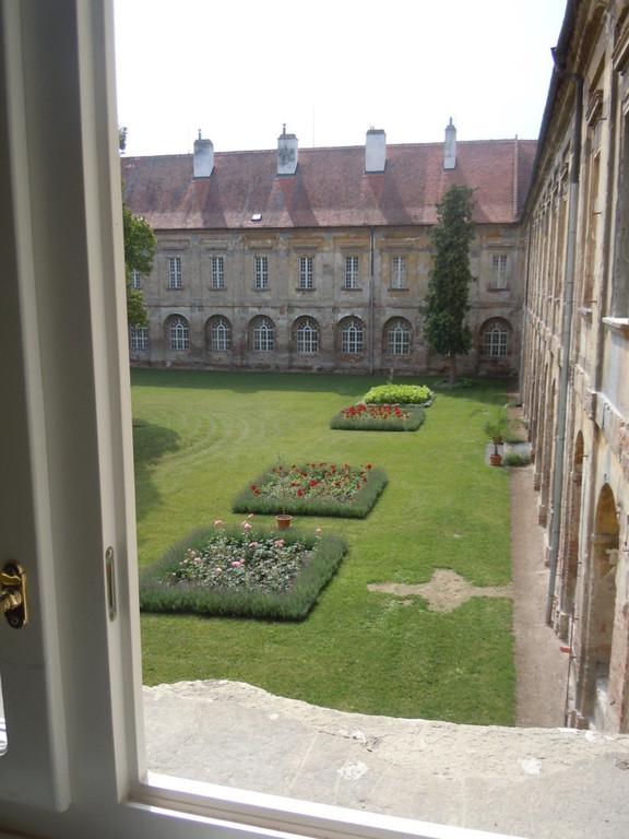 Blick aus dem Fenster zum Klosterhof Raigern
