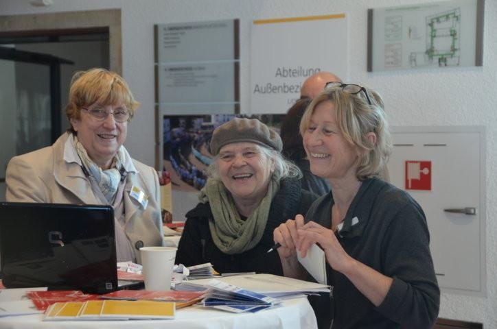 """Mitte: Frau Helga Brehme, die Gründerin des Stuttgarter """"Theaters am Faden"""" an unserem Stand, rechts Frau Schlichtenmayer- Jung, Ref. Außenbeziehungen"""