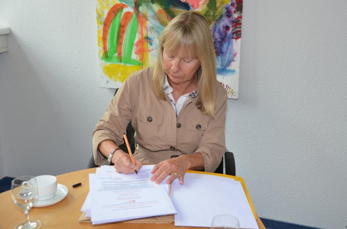 Frau Brittinger unterschreibt die Anerkennungsurkunden für die Kinder