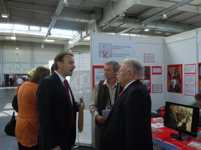 Herr Martin Dzingel, der Präsident der Landesversammlung der Deutschen in der Tschechischen Republik willkommen an unserem Stand