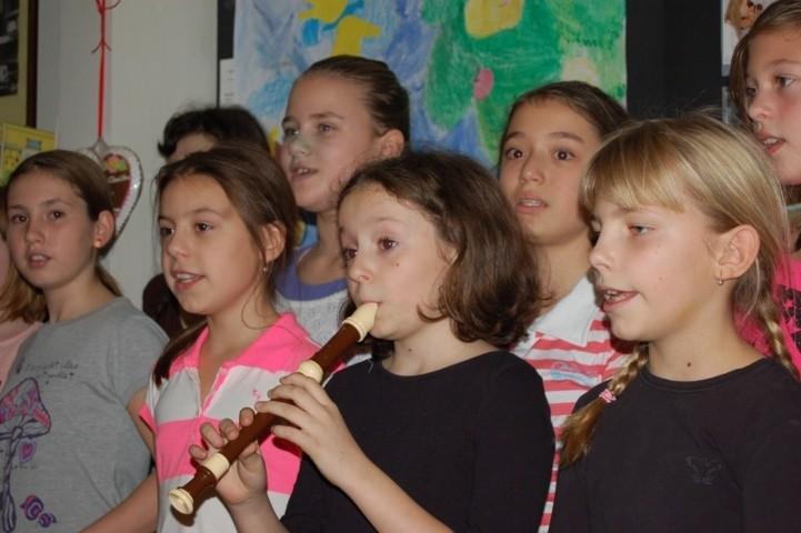 unsere kleine Flötenkünstlerin sorgt für die Musik