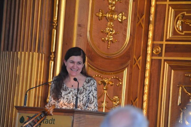 Dr. Zuzana Finger würdigt die Preisträgerin Anne Hahn