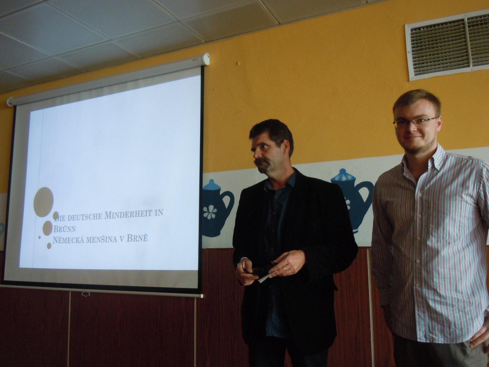 Herr Přemysl Jeřábek, der Direktor der Schule Brno Jasanová in Jundorf und Herr Tomáš Jurčík, der Beauftragte für Minderheiten eröffnen die Veranstaltung