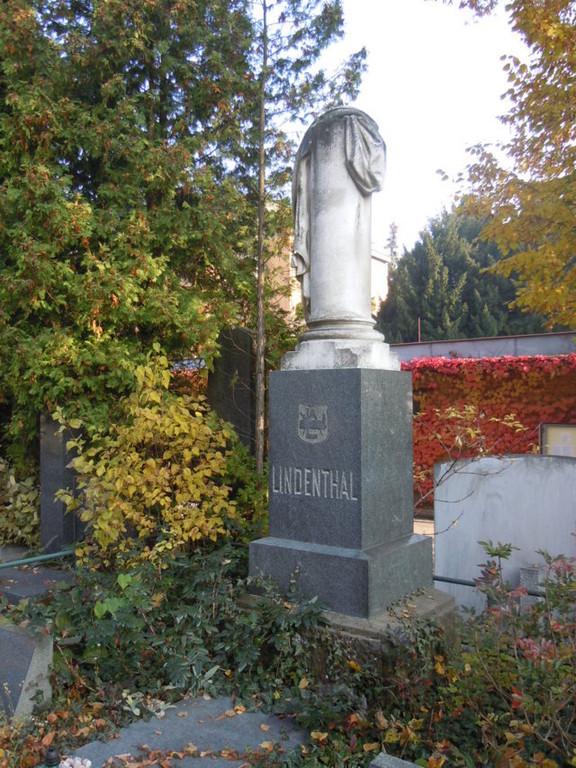 Nur ein paar Schritte nach dem Eingang befindet sich das Grabmal der Brünner Familie Lindenthal. Der Familie entstammen Künstler, Kunsthandwerker, Ingenieure und der weltbekannte Brückenbauer Dr. Gustav Lindenthal.